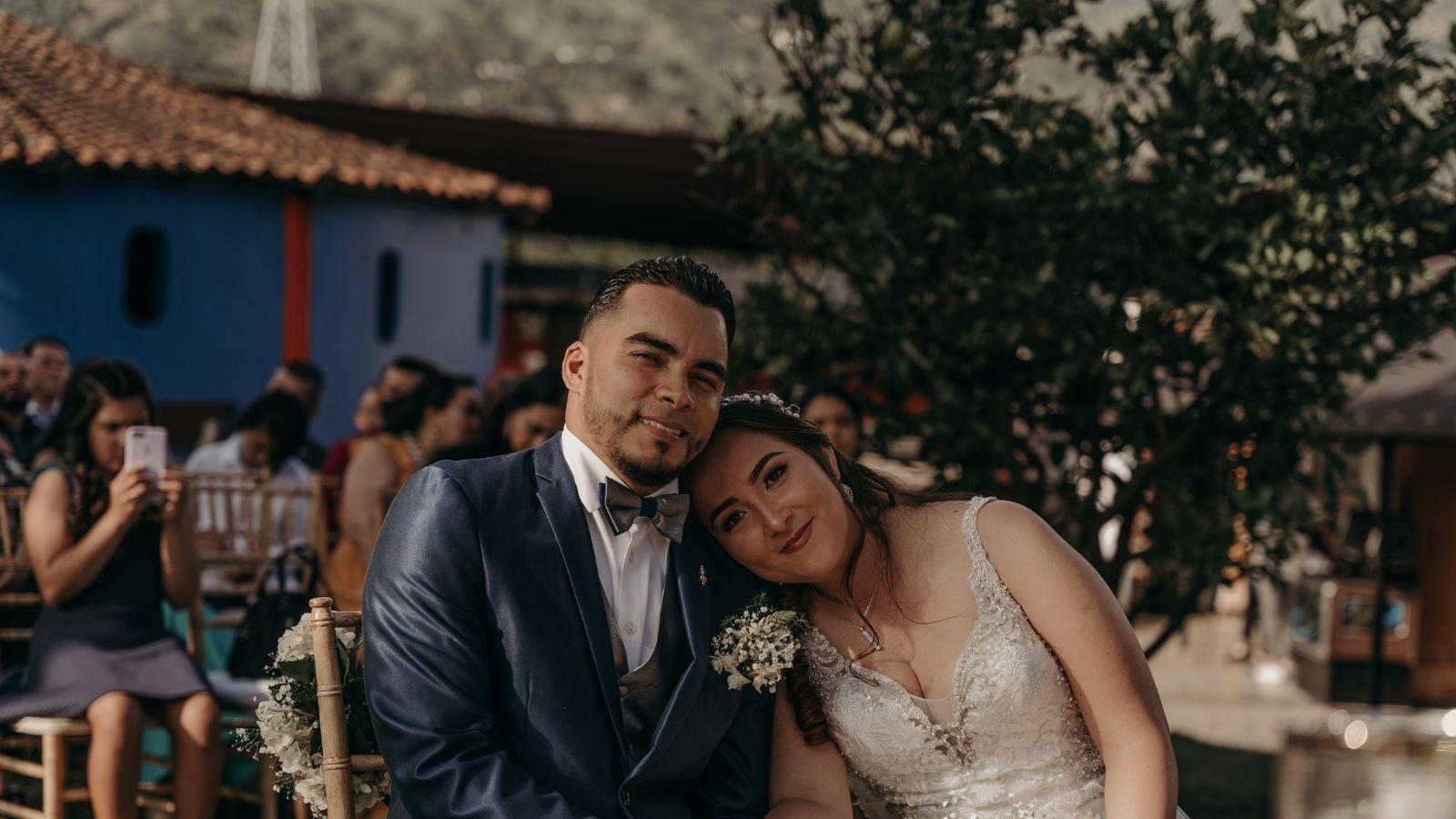 Les mariés sourient à la caméra à Pierrelatte