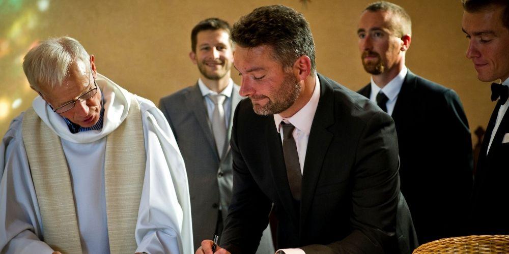 Un témoin de mariage signe le registre