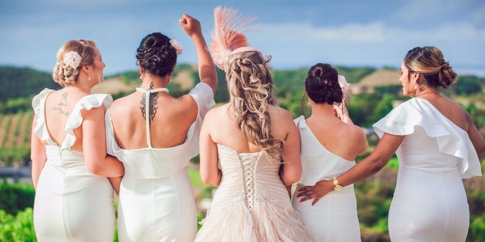 La mariée avec ses témoins de mariage