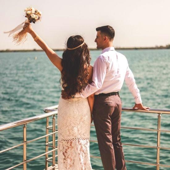 Les mariés se regardent