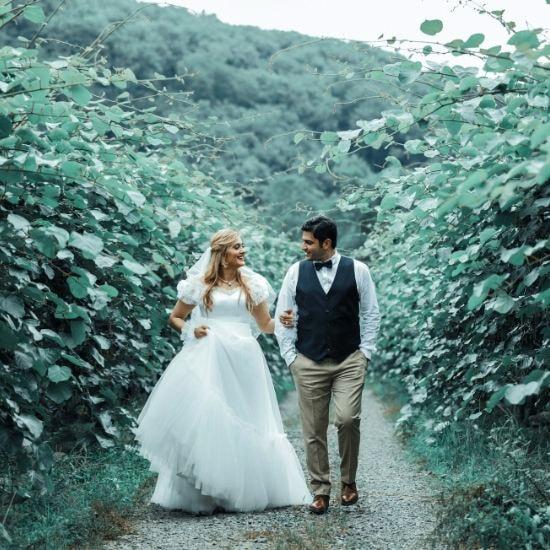 Les mariés se tenant