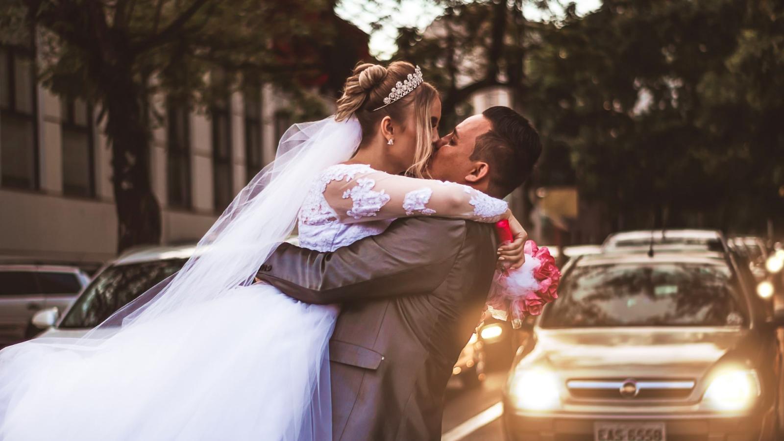 Photo des mariés se trouvant à Courbevoie