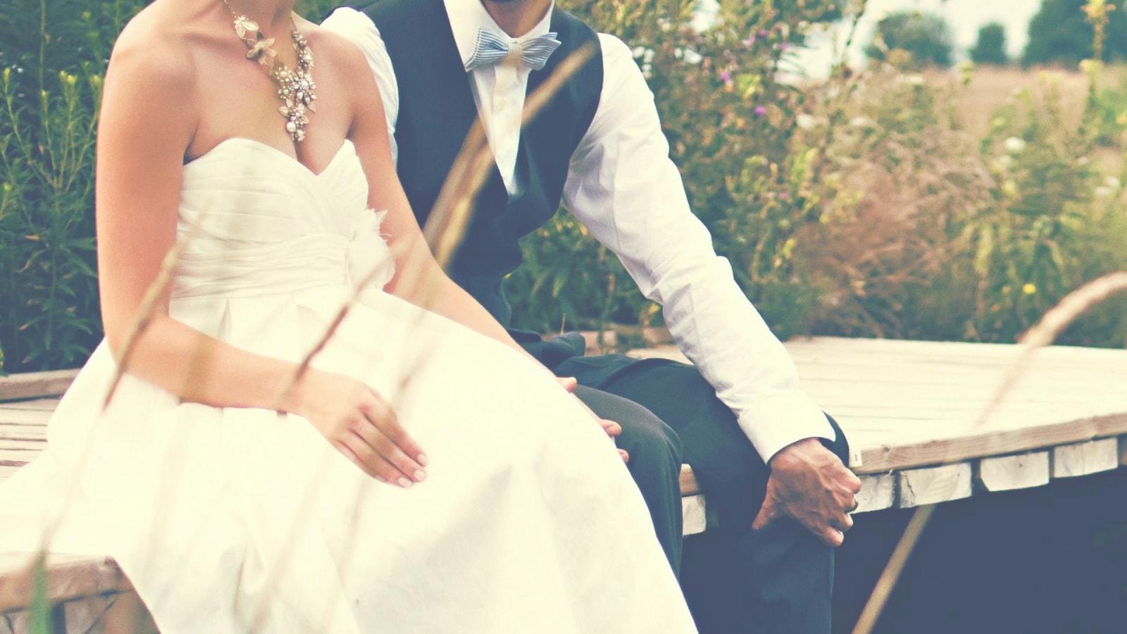 Une photo des mariés se trouvant à Moulins