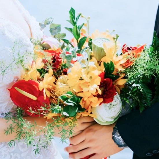 Un couple de mariés ensemble