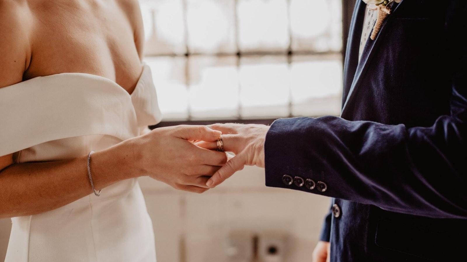Une photo des mariés ensemble à Saint-Malo