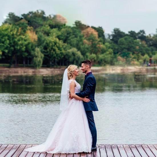 Les mariés s'enlacent