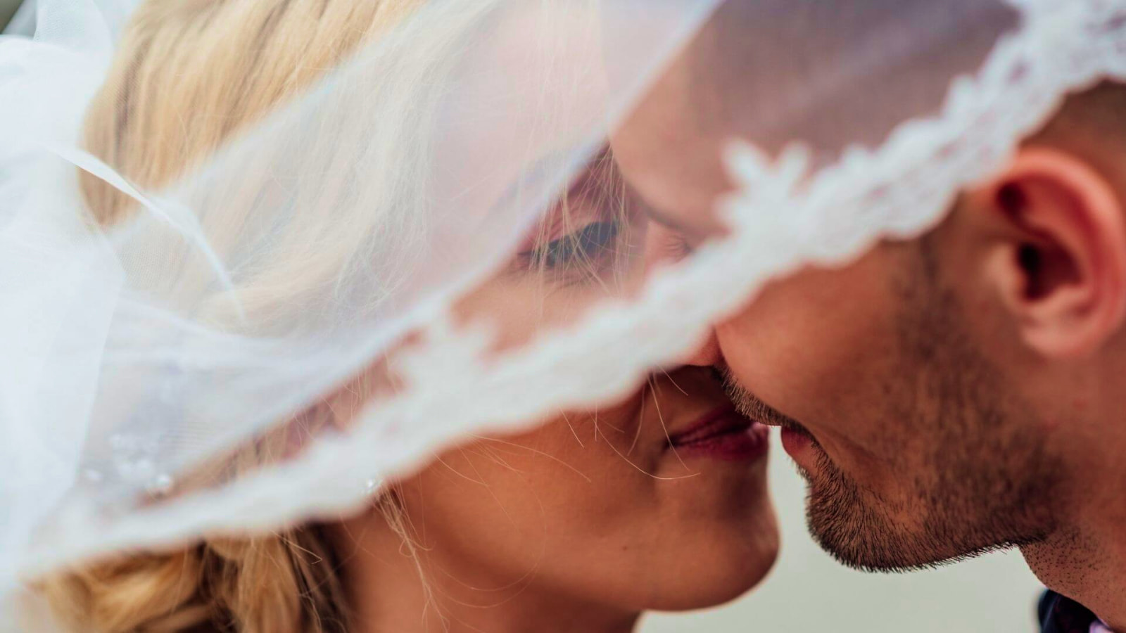 Un couple de mariés ensemble dans l'Aude