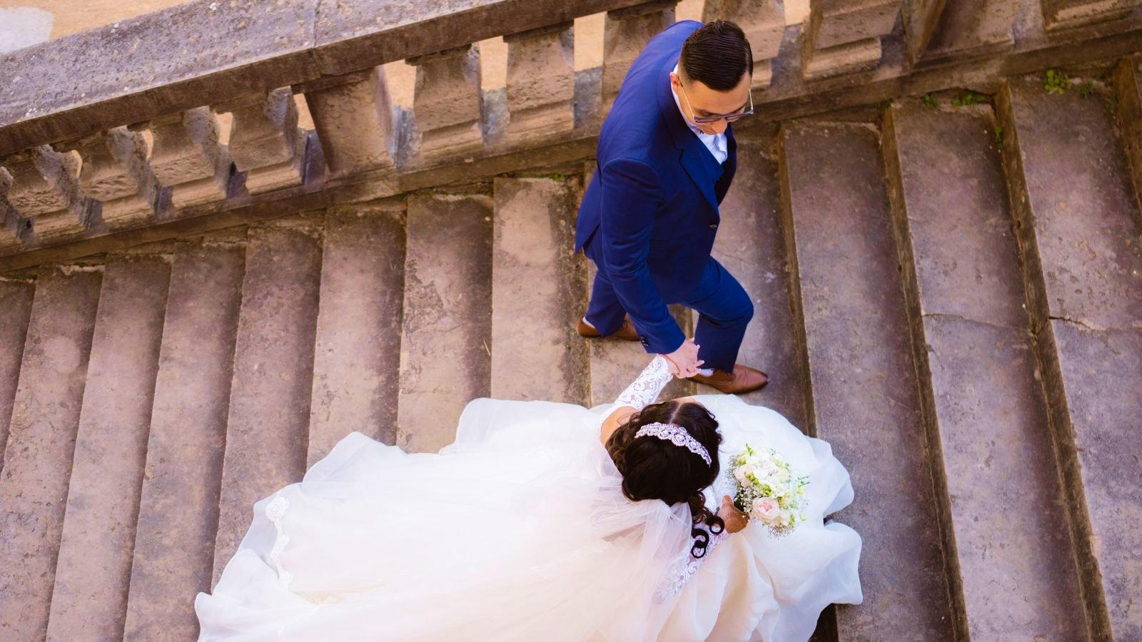 Un couple de mariés ensemble dans le Cher
