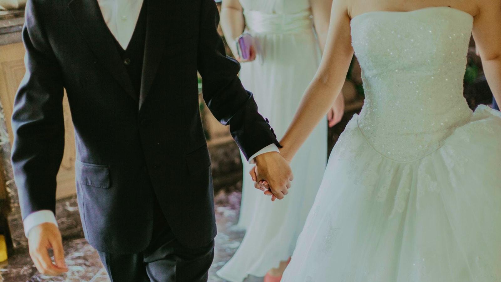 Un couple de mariés dans le Maine-et-Loire