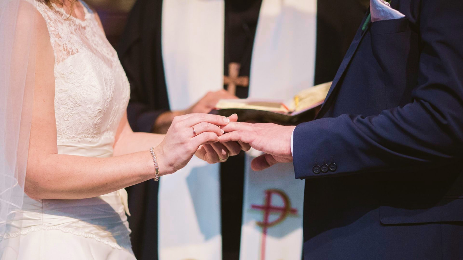 Une photo des mariés ensemble en Savoie