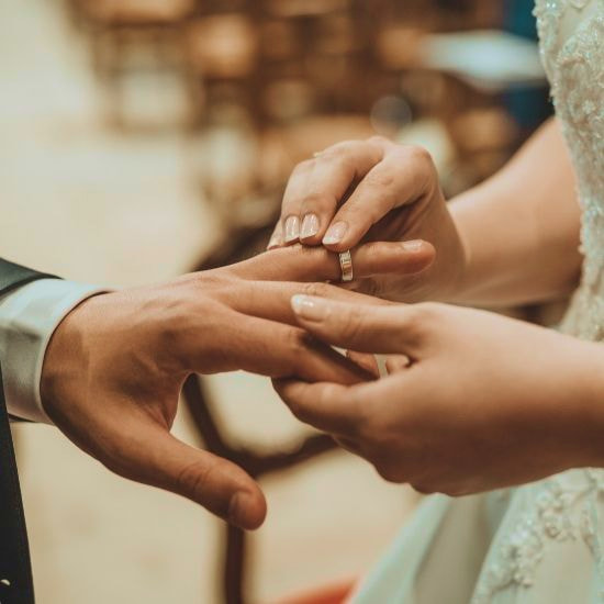 Les mariés se tenant ensemble