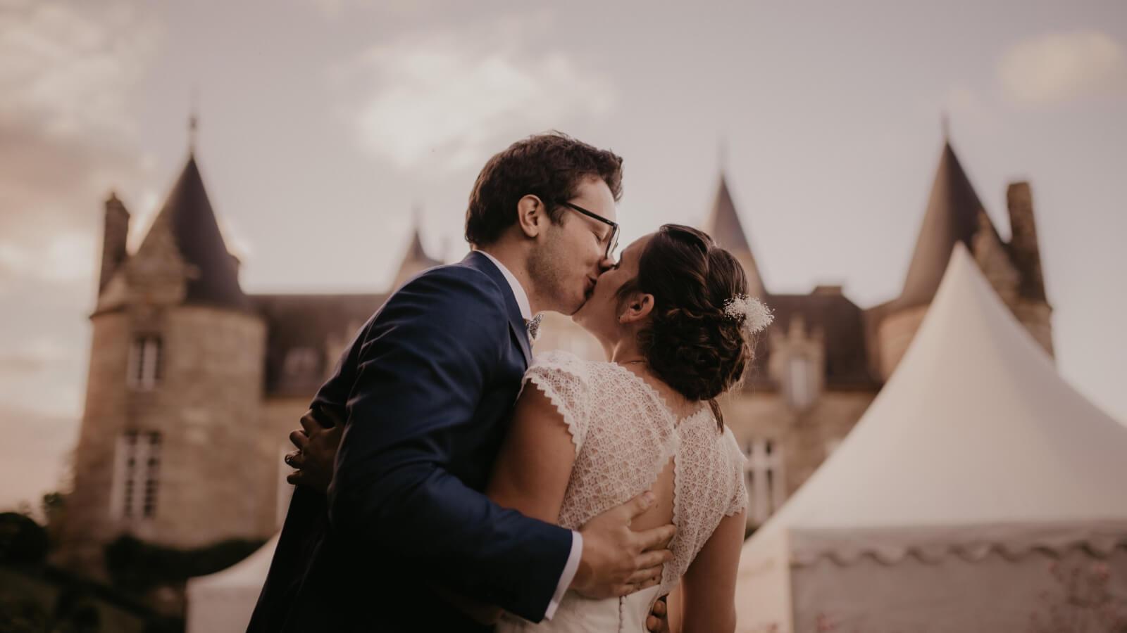 Les mariés s'embrassent à Grenoble