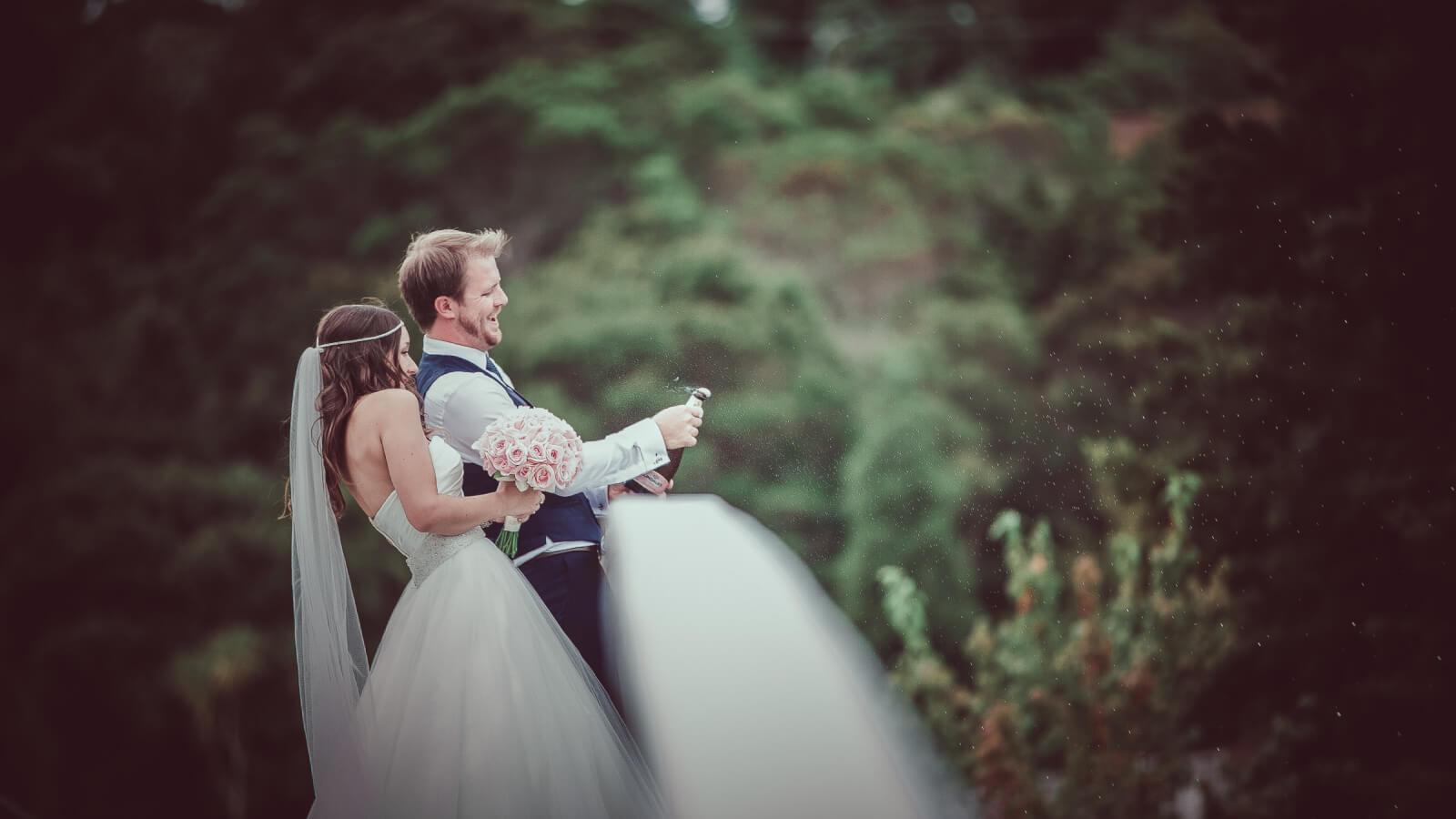 Photo des mariés naviguant en barque dans l'Isère