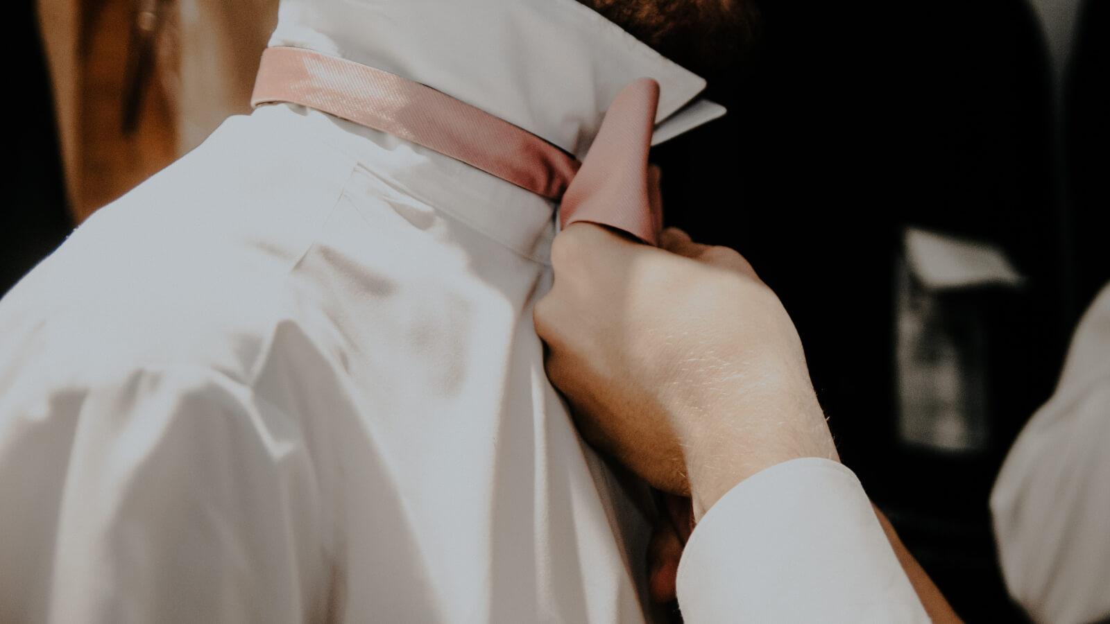 Gros plan du marié enlaçant la mariée dans la Loire