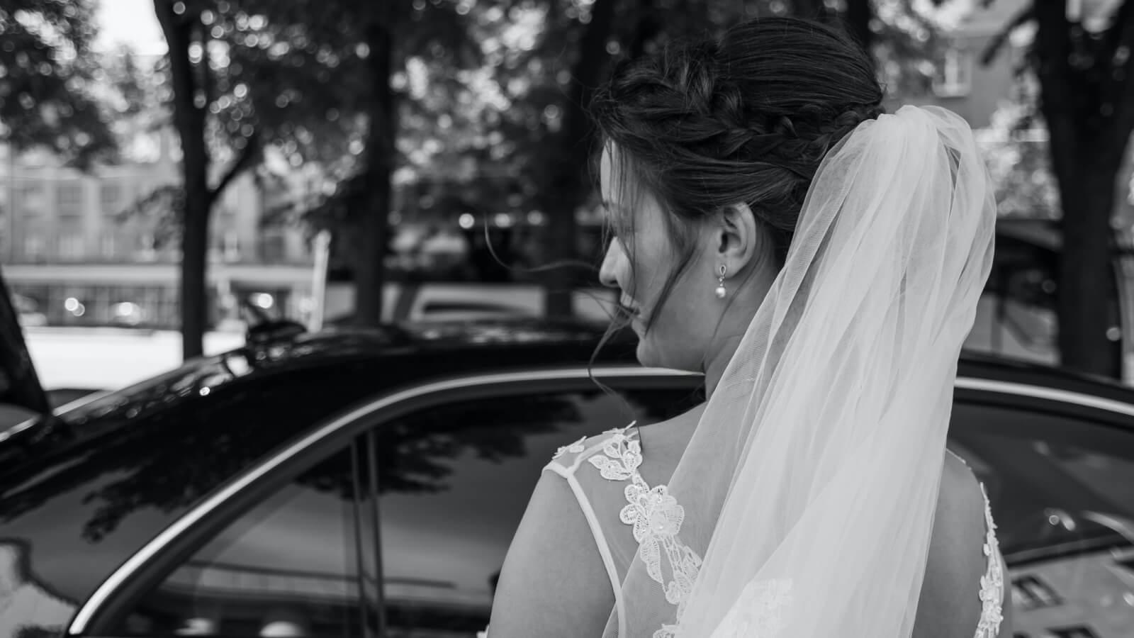 Photo de la mariée devant sa voiture dans le Gard