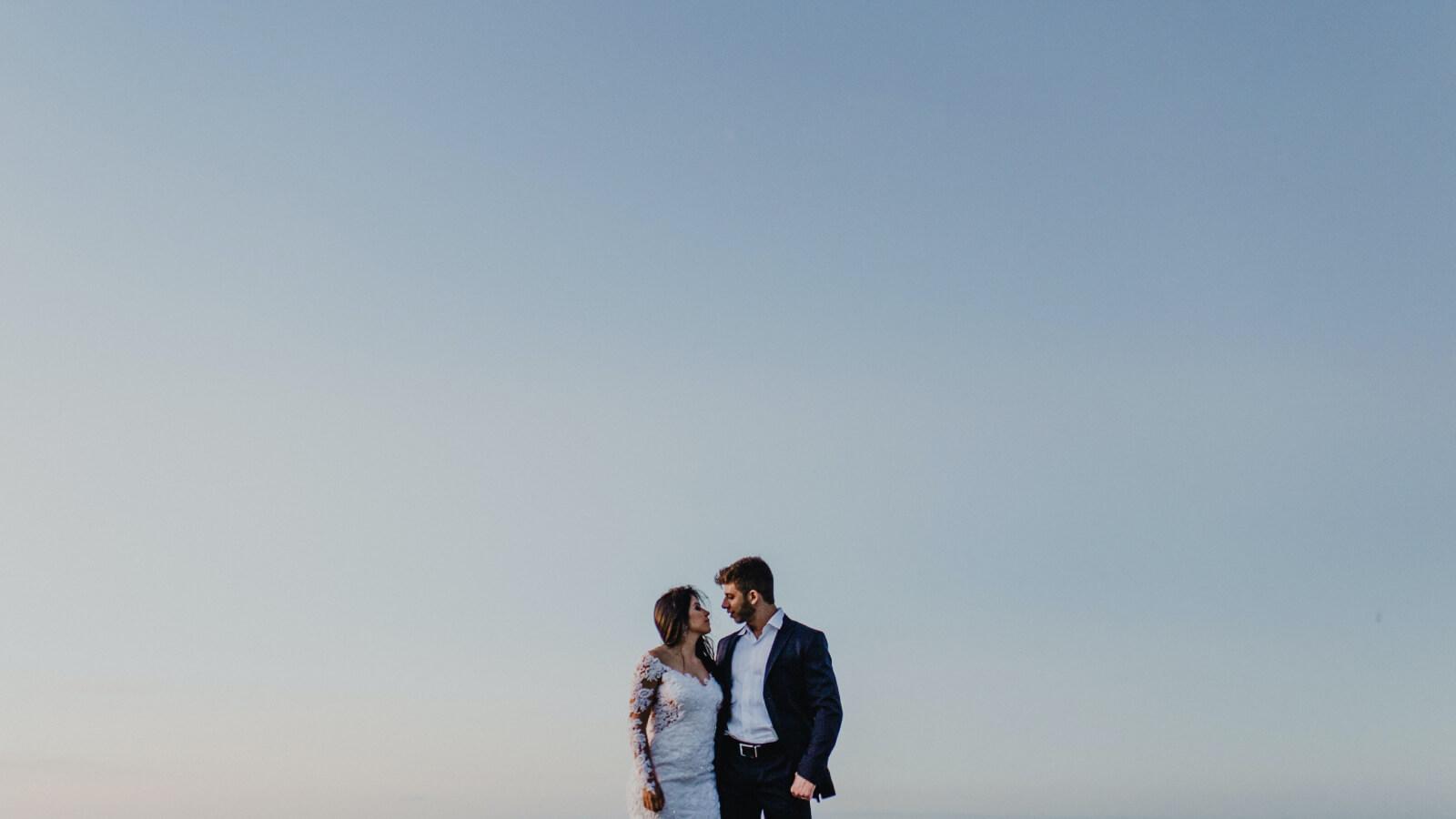 Les mariés se regardent en Corse