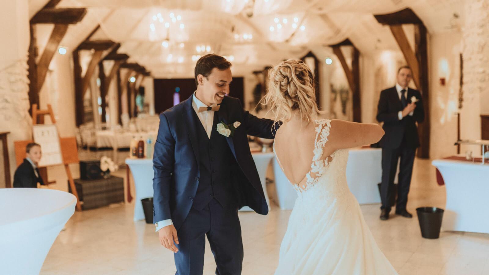 Les mariés dansent ensemble en PACA
