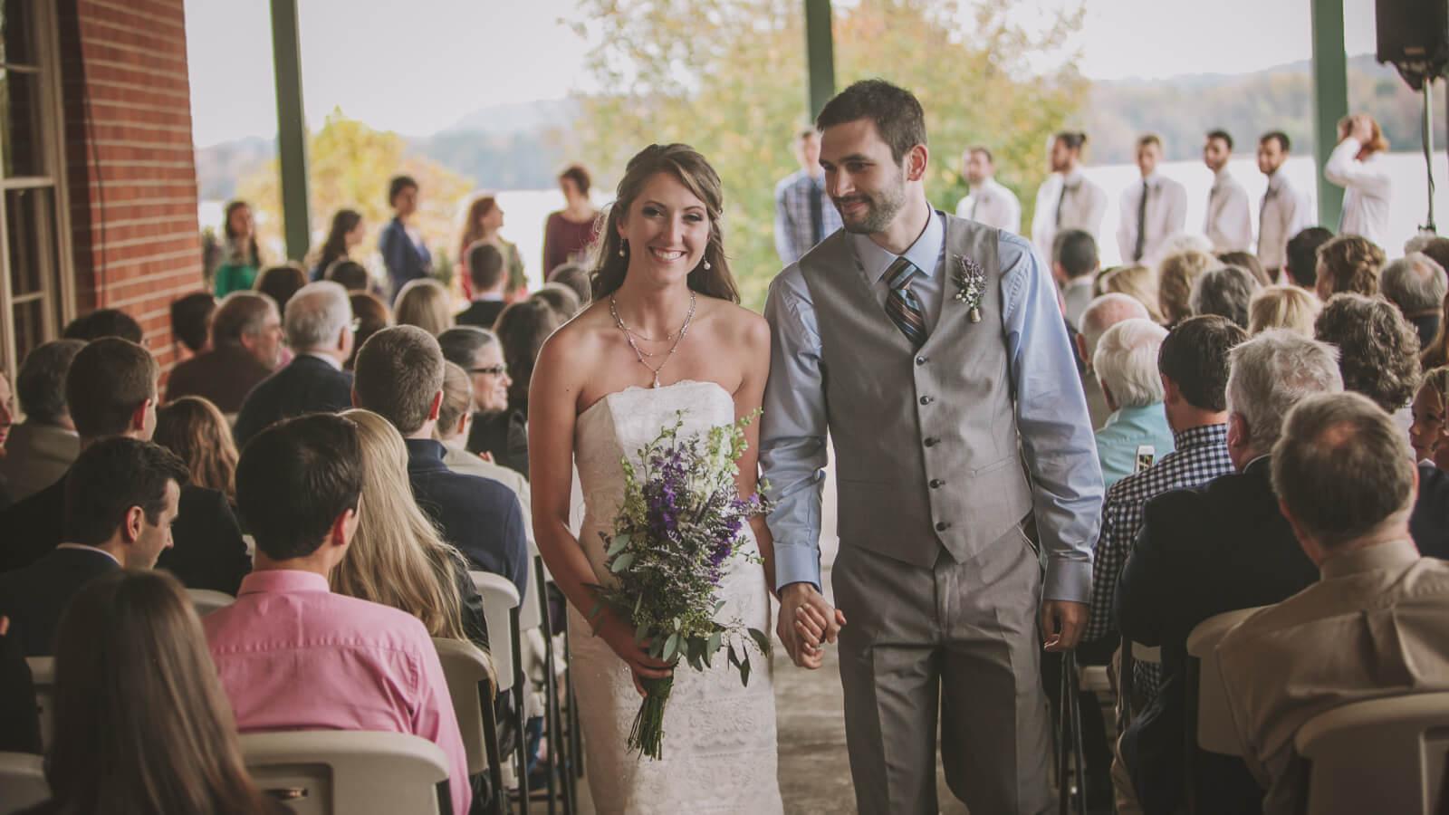 La mariée passe la bague à son mari dans le Val-d'Oise