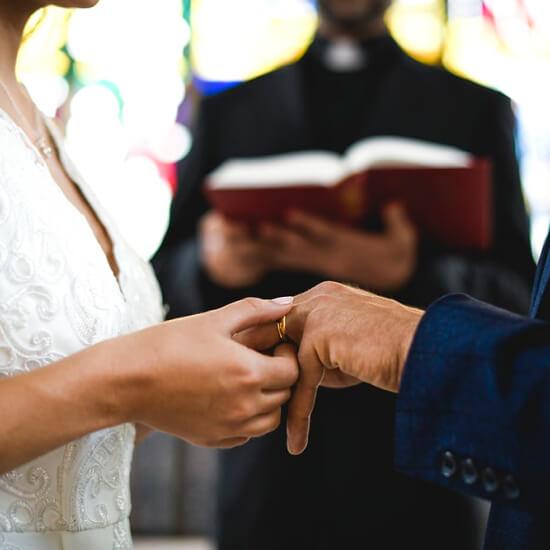 Les mariés descendent l'allée
