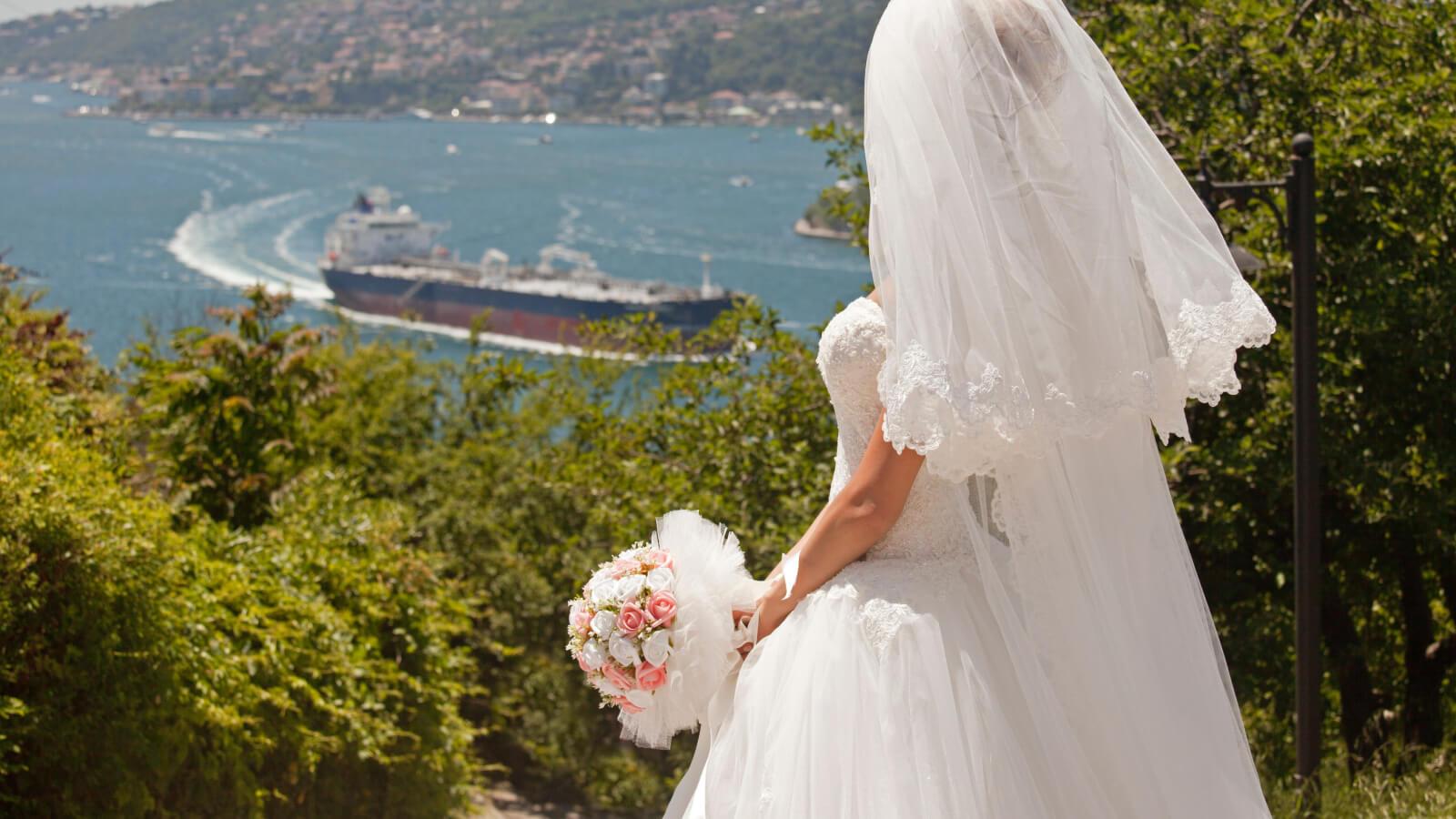 La mariée regarde l'horizon dans les Bouches-du-Rhône