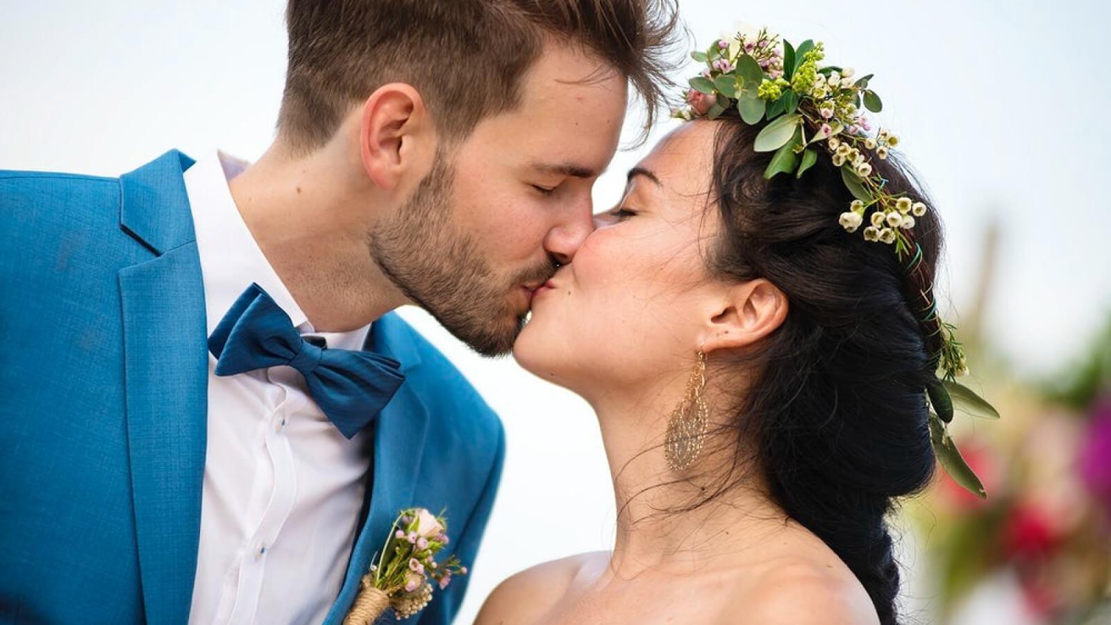 Les mariés s'embrassent dans les Alpes-Maritimes