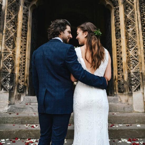 Photo des mariés devant leur paroisse