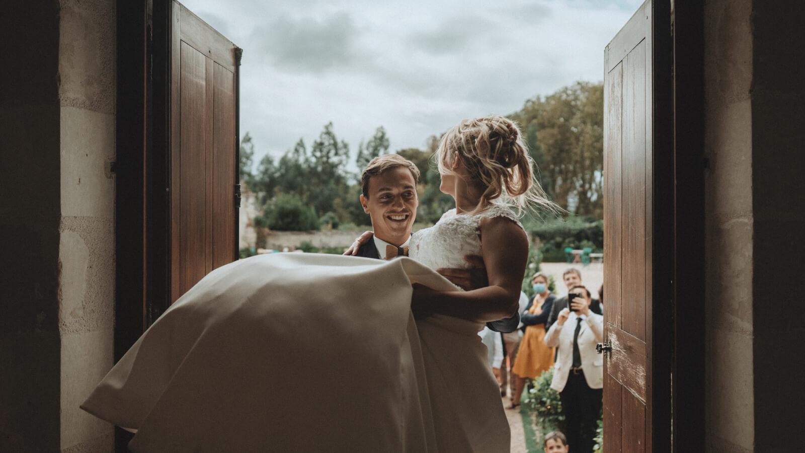 Le marié porte la mariée à Annecy