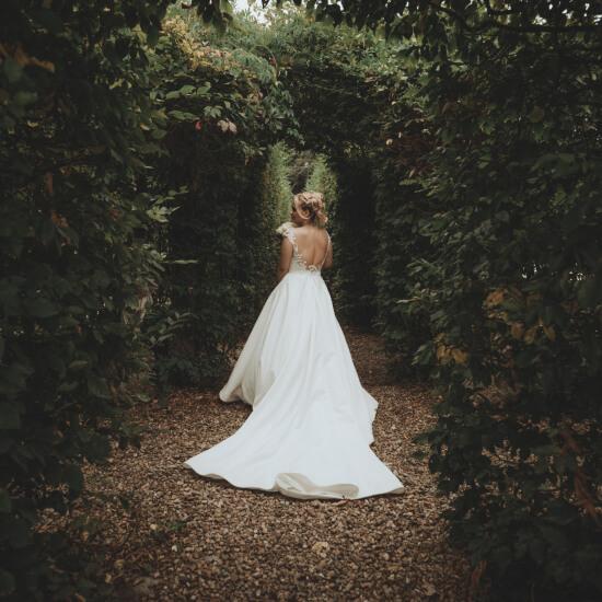 La mariée pose seule en forêt