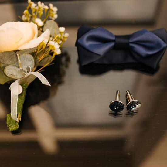 Photo des accessoires du costume du marié