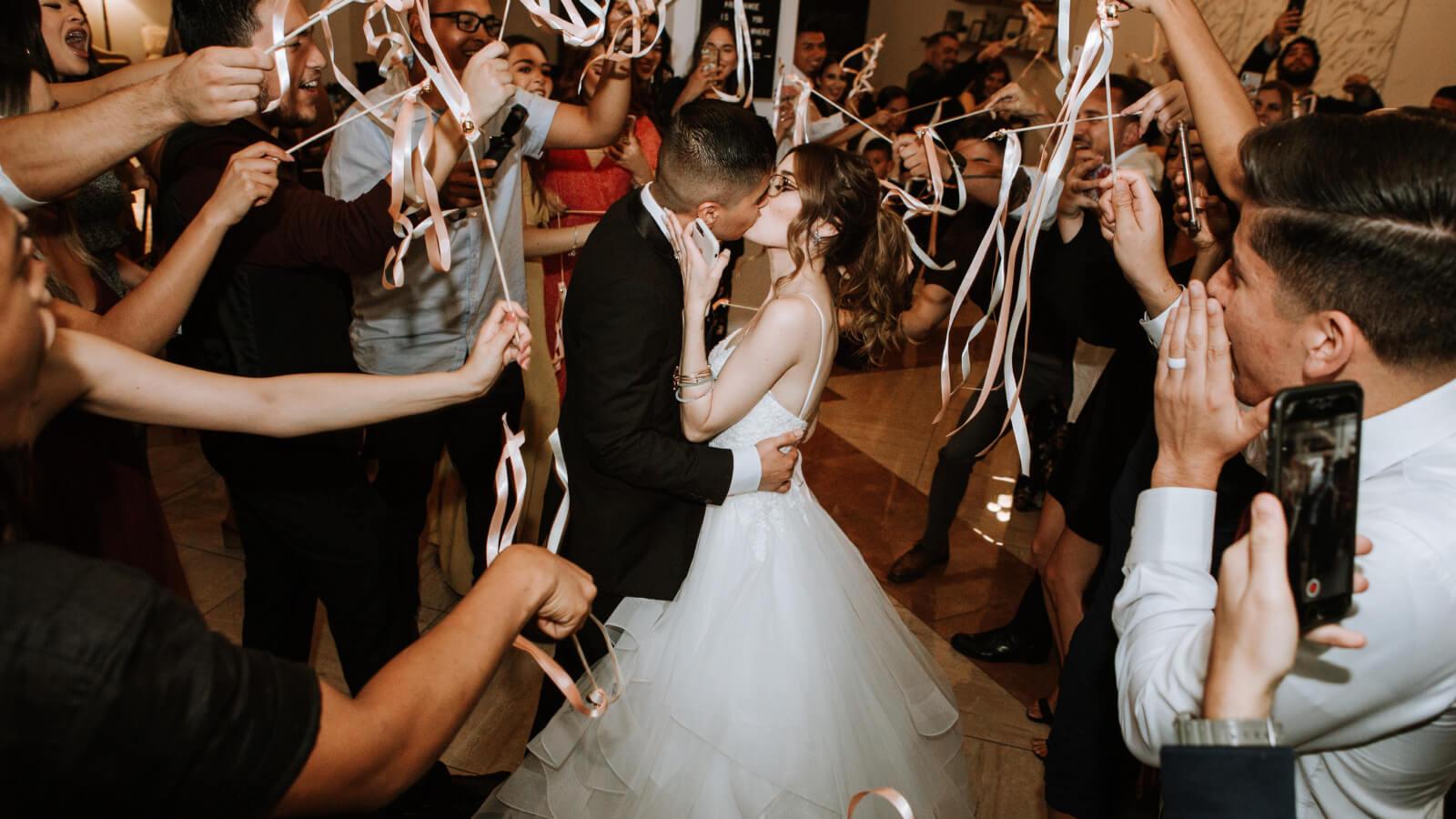 Les mariés s'embrassent durant leur soirée à Villefranche-sur-Saône