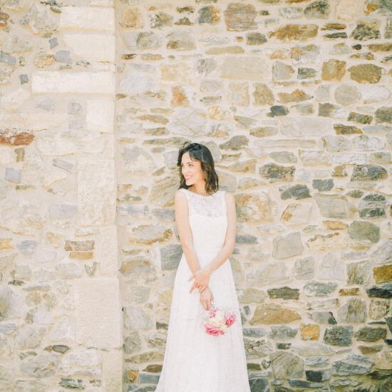 La mariée pose devant un mur