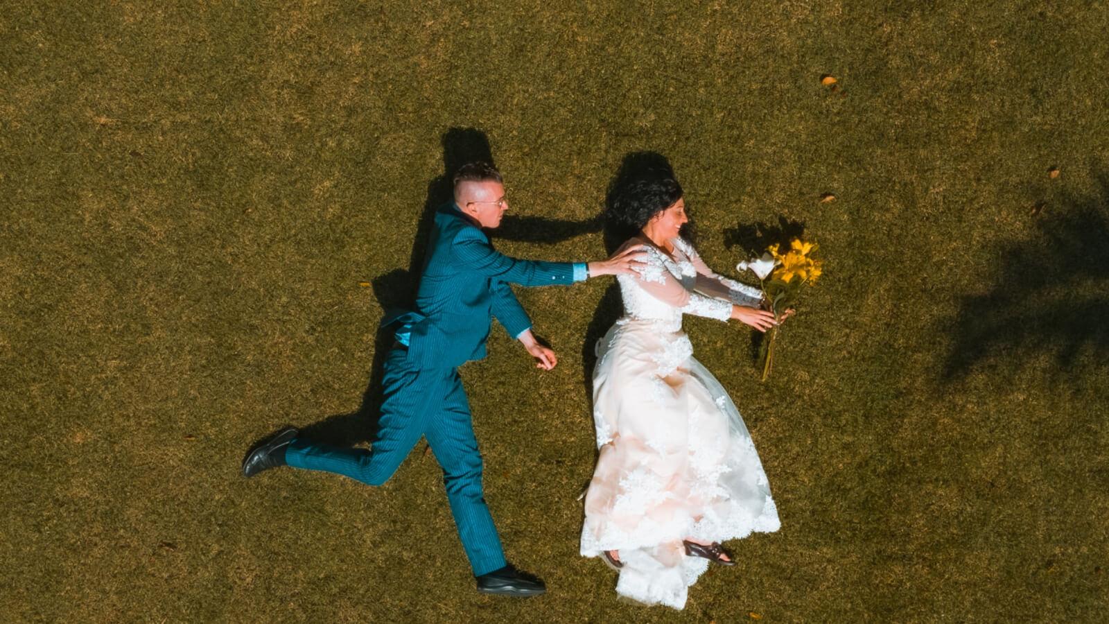 Photo de drone des mariés