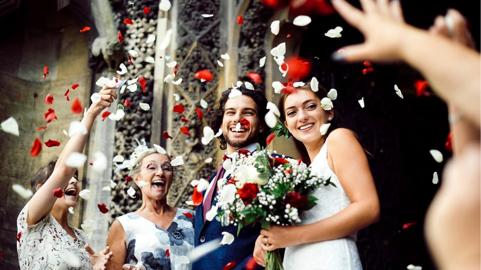 Photo des mariés sous la haie d'honneur à Aix-en-Provence
