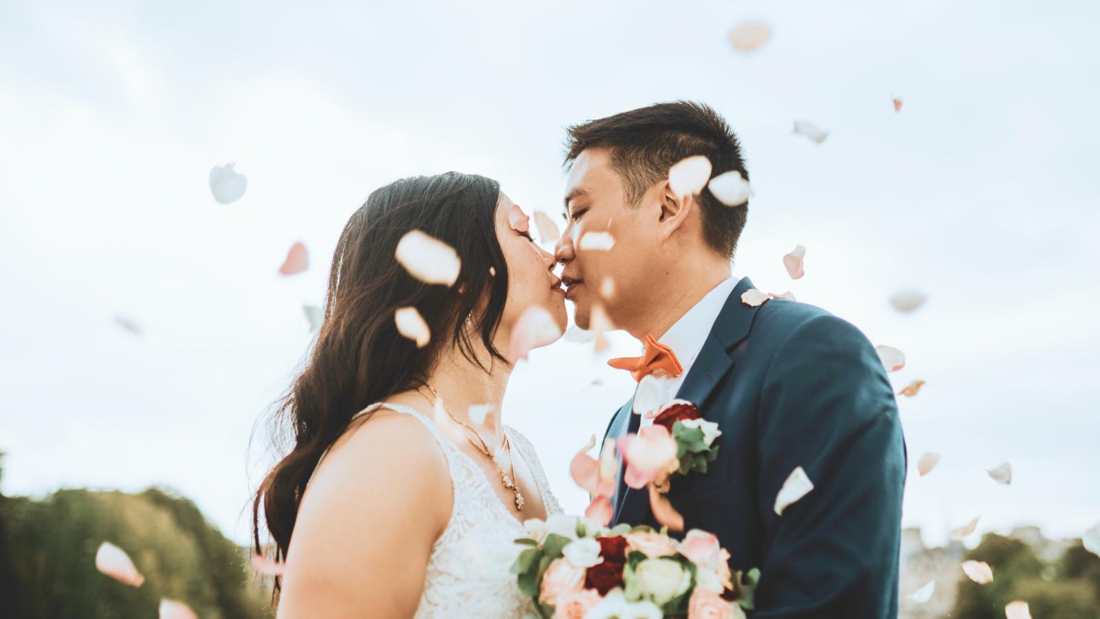Les mariés s'embrassent sous des jets de pétales à Avignon