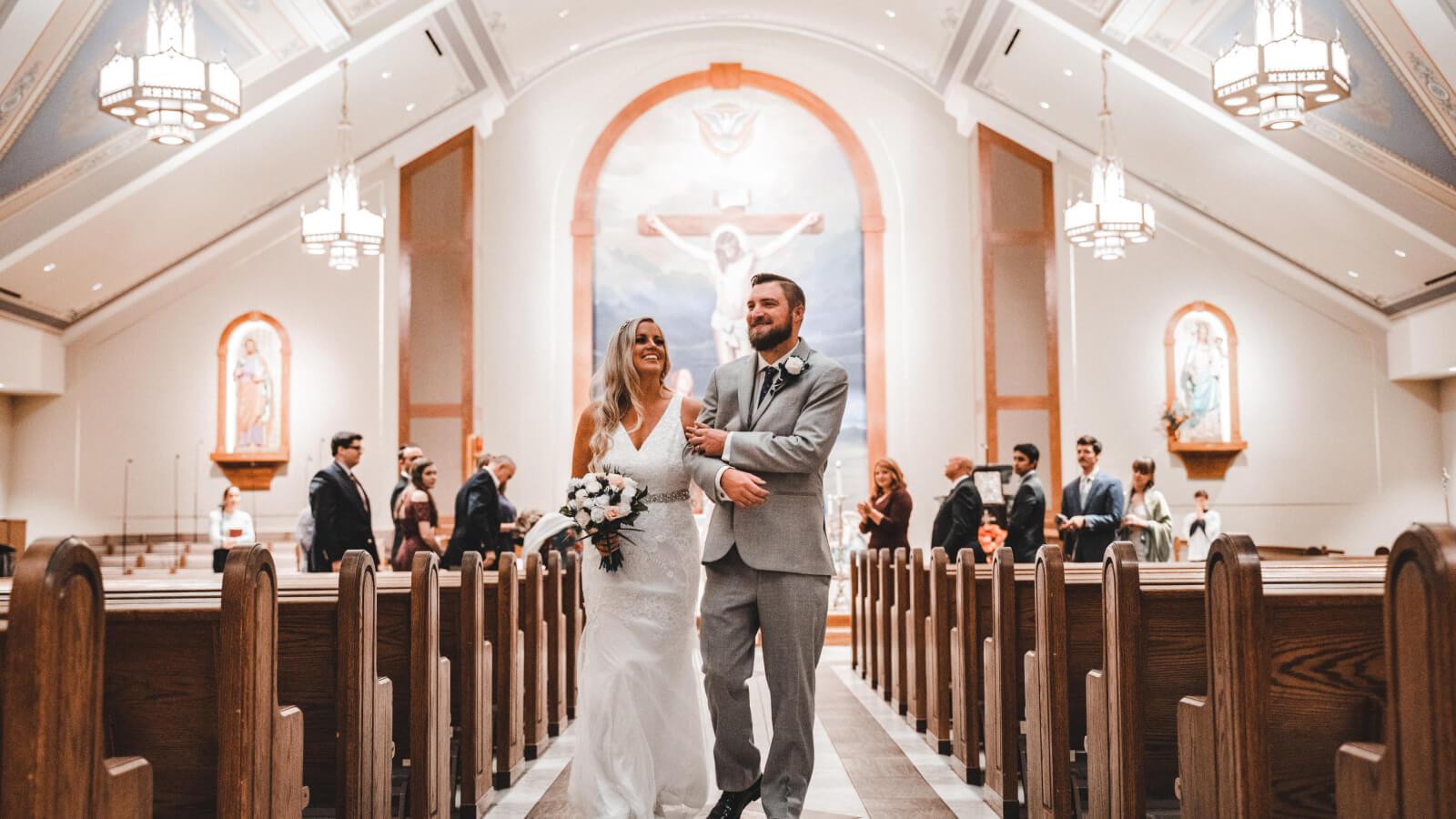 Les mariés marchent ensemble dans l'église à Cannes