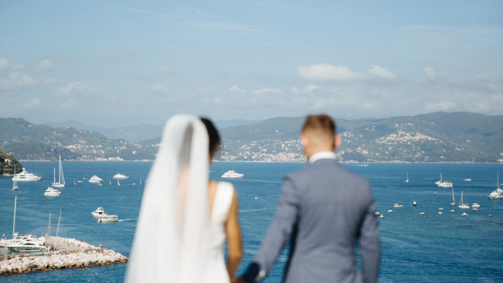 Photo des mariés devant la mer à Marseille