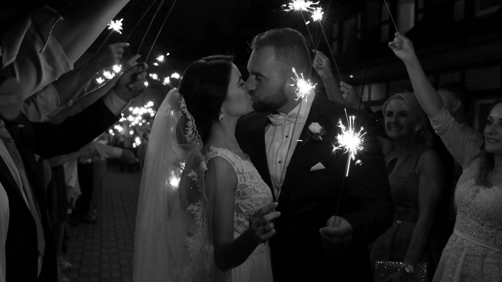 Les mariés s'embrassent sous des feux de Bengale à Nîmes