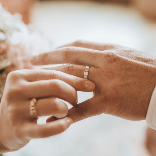 La mariée passe la bague au doigt du marié