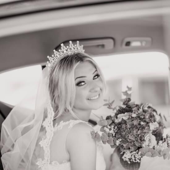 Photo de la mariée dans sa voiture