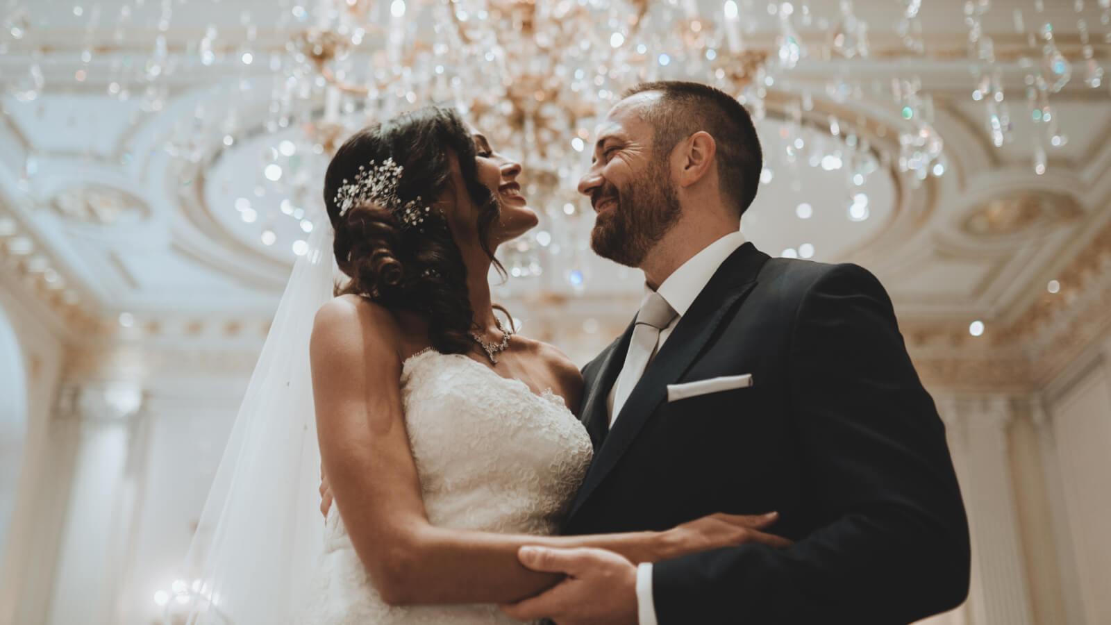 Les mariés sourient et se regardent à Toulon