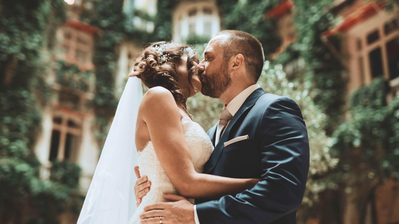 Les mariés s'embrassent à Toulouse