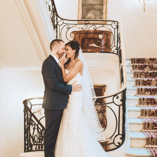 Photo des mariés dans une cage d'escaliers