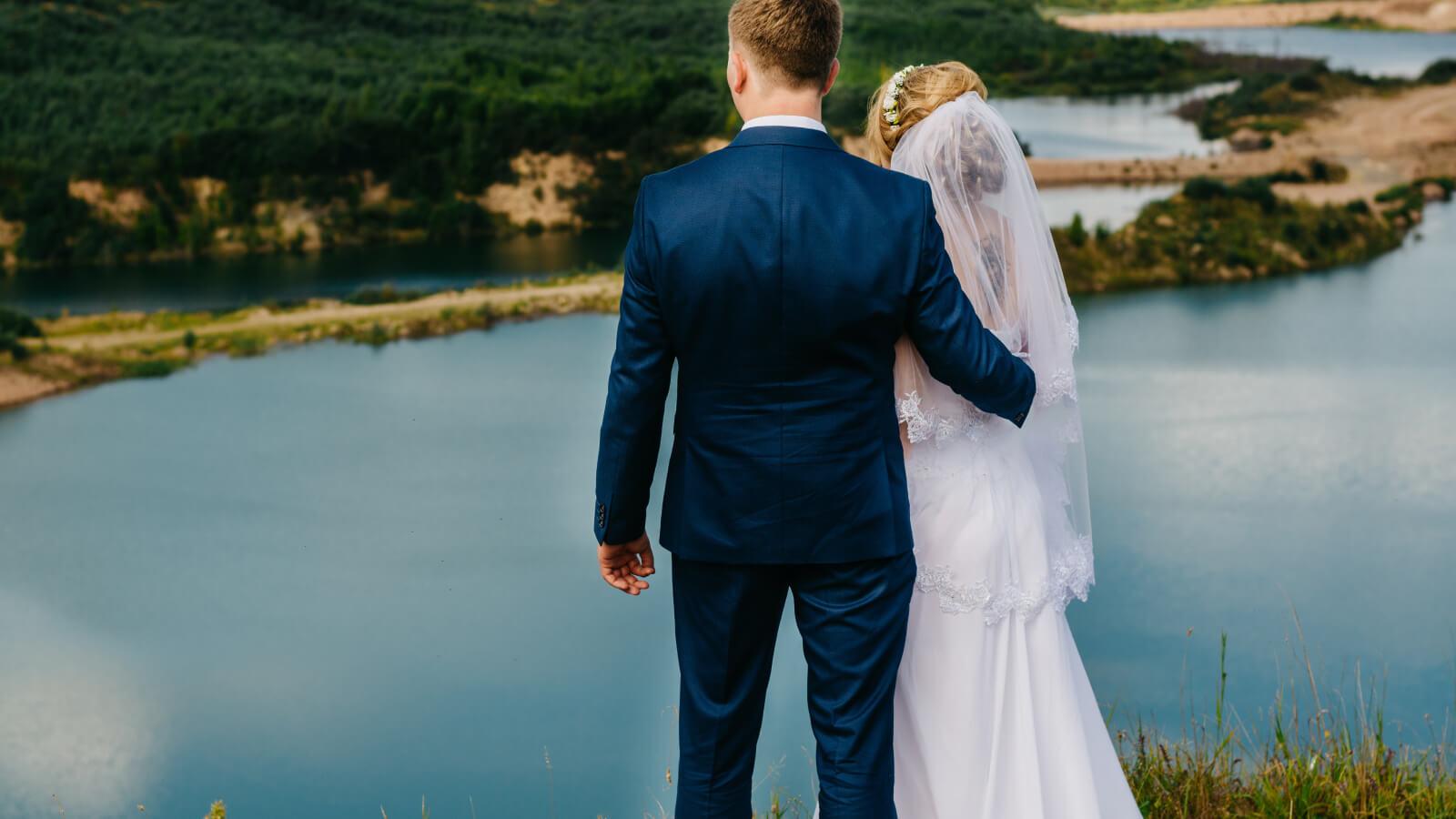 Les mariés posent de dos à Montpellier