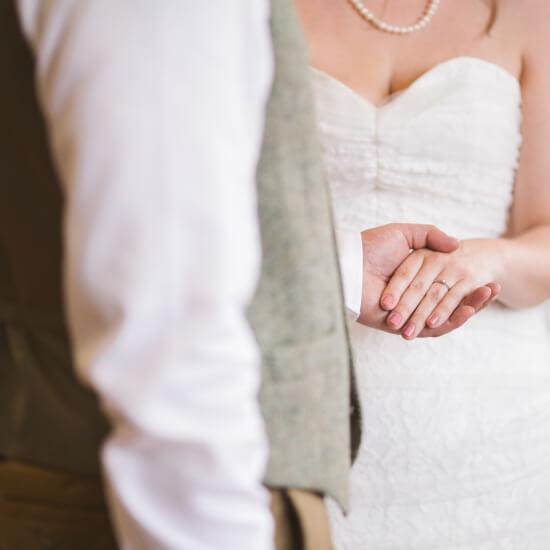 Le marié tient la main de la mariée