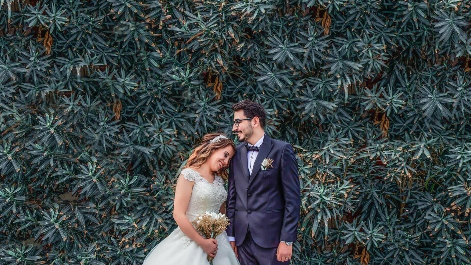 Un couple de mariés ensemble à Rodez