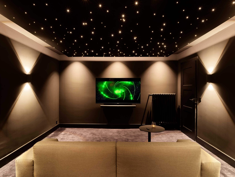 Du pur divertissement: le home cinéma recrée une ambiance et un son digne d'une salle de cinéma. Photo : Manuel Stettler