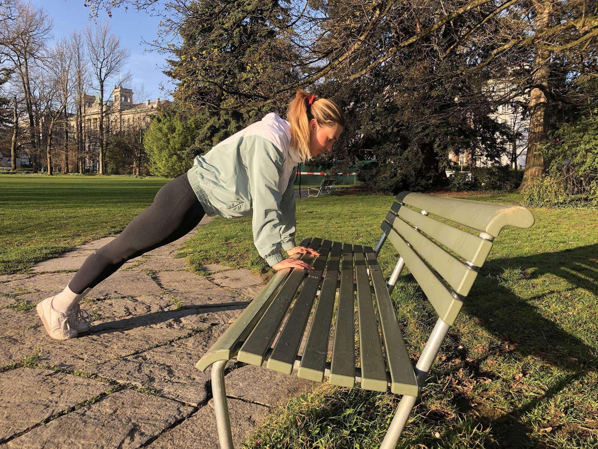 Pour les utilisateurs avancés, cette forme de push-up convient au banc du parc.