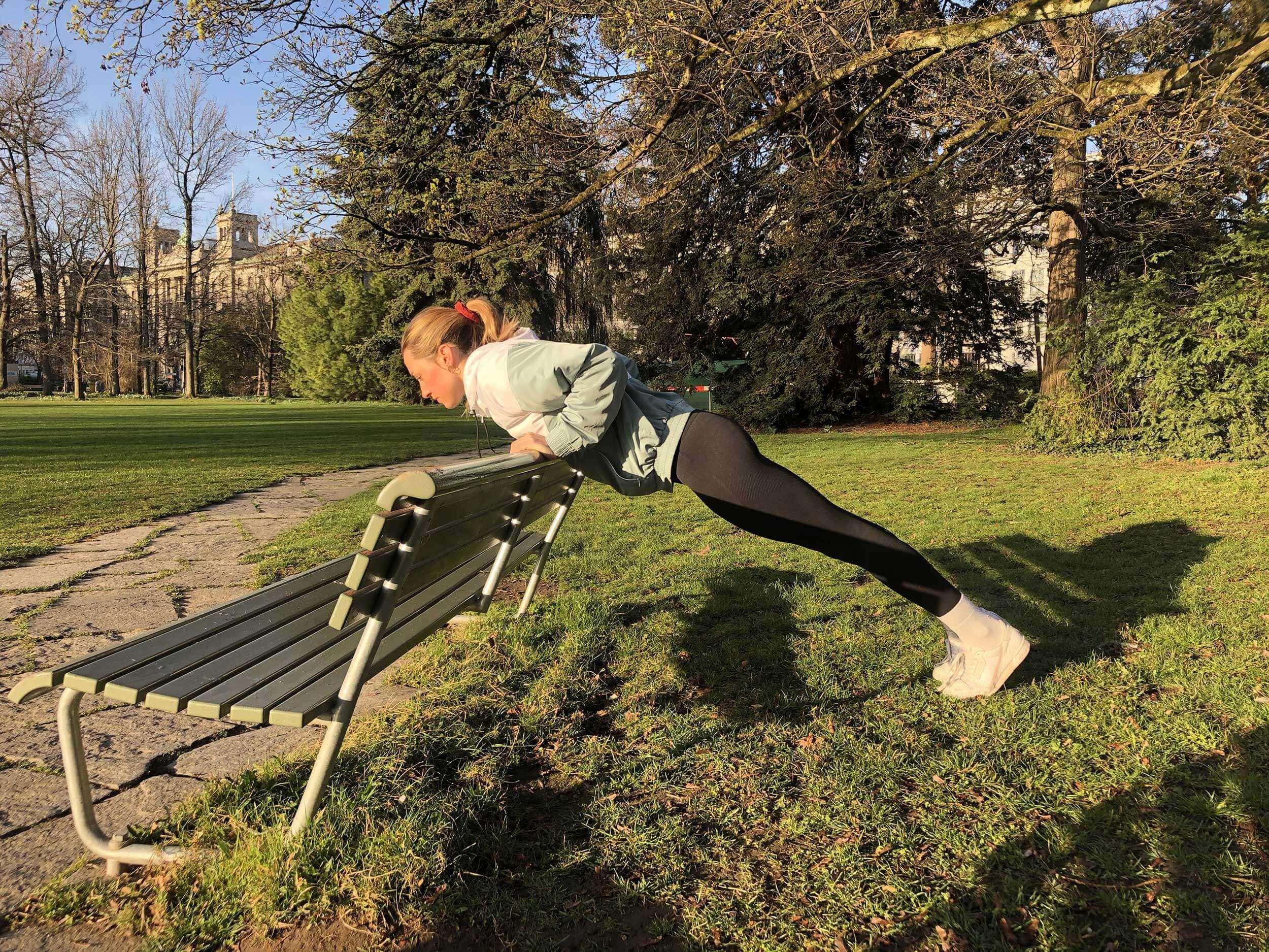 Il est important pendant toute la durée de l'exercice d'avoir le dos droit et une bonne tension du corps.