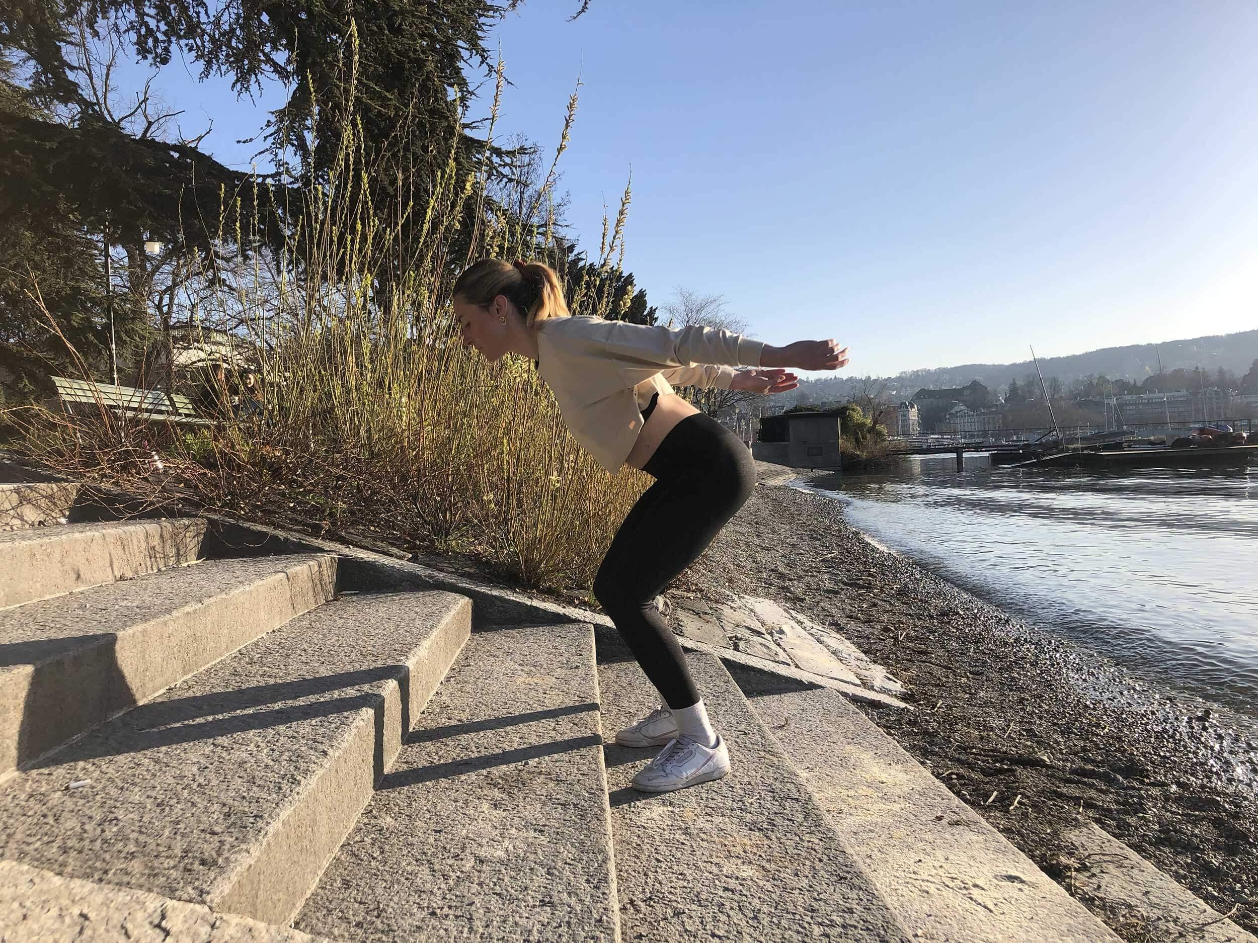On trouve des escaliers partout en Suisse. Et presque tous sont parfaits pour les sauts en boîte. Avec cet exercice aussi, surveillez toujours votre forme et gardez le dos droit et le regard droit devant vous.