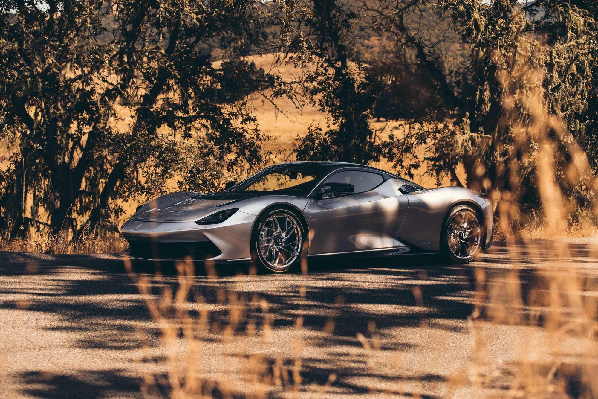 Pininfarina Battista. Pininfarina sait depuis longtemps à quoi doit ressembler une voiture rapide. La Battista atteint les 100 km/h en moins de deux secondes avec 1 900 ch (1 397 kW). 150 unités sont prévues, prix : environ deux millions d'euros. Automobili Pininfarina